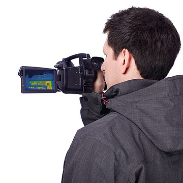 Mann mit Infrarot-Kamera